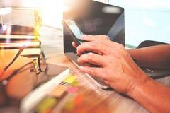 рука бизнесмена работая на цифровом планшете и умном p Стоковое Изображение RF