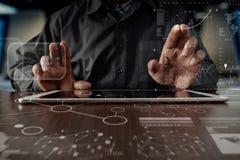 Рука бизнесмена работая на цифровом планшете с digita Стоковые Изображения