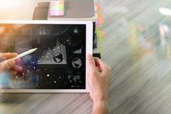 Рука бизнесмена работая на цифровом планшете с digita Стоковая Фотография RF