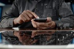рука бизнесмена работая на цифровых планшете и smartph Стоковые Изображения