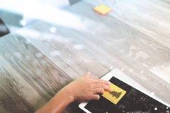 рука бизнесмена работая с бумагой примечания памятки на цифровой таблетке Стоковое фото RF