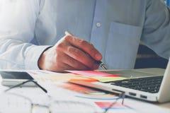 Рука бизнесмена работая с компьтер-книжкой на деревянном столе в офисе смогите быть использовано на объявлении Стоковые Фото