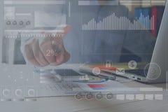 Рука бизнесмена работая с компьтер-книжкой на деревянном столе в офисе смогите быть использовано на объявлении Стоковая Фотография