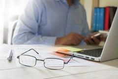 Рука бизнесмена работая с компьтер-книжкой на деревянном столе в офисе смогите быть использовано на объявлении Стоковые Изображения RF
