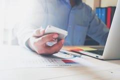 Рука бизнесмена работая с компьтер-книжкой на деревянном столе в офисе смогите быть использовано на объявлении Стоковая Фотография RF