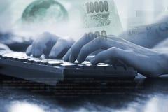 Рука бизнесмена работая с компьютером клавиатуры Стоковое фото RF