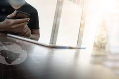 Рука бизнесмена работая с компьютером новой таблетки современным Стоковое Изображение