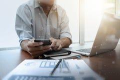 Рука бизнесмена работая с компьютером новой таблетки современным Стоковое Фото