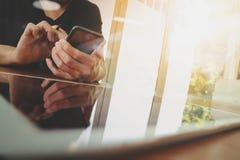 Рука бизнесмена работая с компьютером новой таблетки современным Стоковая Фотография RF