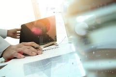 Рука бизнесмена работая с новым современным компьютером Стоковые Изображения