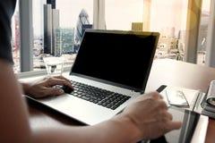 Рука бизнесмена работая с новым современным компьютером Стоковые Изображения RF