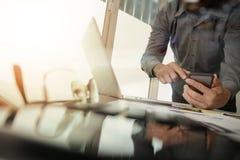 Рука бизнесмена работая с новым современным компьютером Стоковые Фото