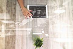 Рука бизнесмена работая с планшетом ручки грифеля цифровым Стоковые Изображения