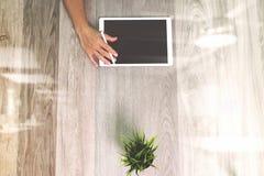 Рука бизнесмена работая с планшетом ручки грифеля цифровым Стоковые Фотографии RF