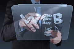 Рука бизнесмена работая с планшетом Стоковая Фотография