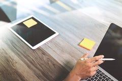 рука бизнесмена работая с ручкой грифеля и бумагой примечания памятки дальше Стоковые Изображения RF