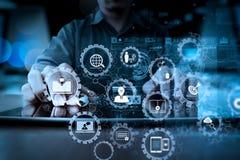 Рука бизнесмена работая с современной технологией и цифровым laye Стоковая Фотография
