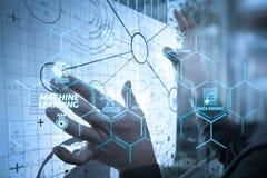 Рука бизнесмена работая с современной технологией и цифровым laye иллюстрация вектора