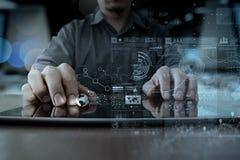 Рука бизнесмена работая с современной технологией Стоковое Фото