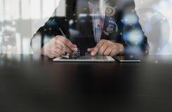 Рука бизнесмена работая с современной технологией Стоковые Фото