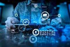 рука бизнесмена работая с таблеткой c современной технологии цифровой Стоковое Изображение