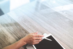 рука бизнесмена работая с таблеткой и lapt ручки грифеля цифровыми Стоковое Фото