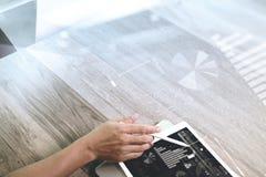 рука бизнесмена работая с таблеткой и lapt ручки грифеля цифровыми Стоковые Изображения