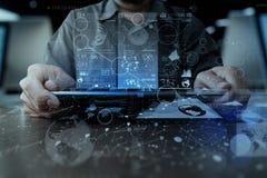 Рука бизнесмена работая с таблеткой современной технологии цифровой Стоковая Фотография