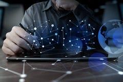 Рука бизнесмена работая с таблеткой современной технологии цифровой Стоковые Фотографии RF