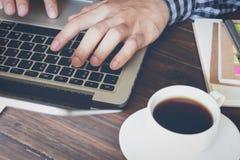 Рука бизнесмена работая с телефоном и компьтер-книжкой на деревянном столе в офисе смогите быть использовано на объявлении Стоковая Фотография RF