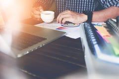 Рука бизнесмена работая с телефоном и компьтер-книжкой на деревянном столе в офисе смогите быть использовано на объявлении Стоковая Фотография