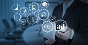Рука бизнесмена работая с цифровой таблеткой на конференц-зале Стоковое Изображение RF