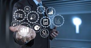 Рука бизнесмена работая с цифровой таблеткой на конференц-зале Стоковое фото RF