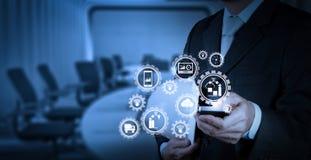 Рука бизнесмена работая с цифровой таблеткой на конференц-зале Стоковая Фотография RF