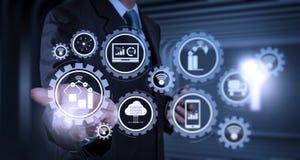 Рука бизнесмена работая с цифровой таблеткой на конференц-зале Стоковые Фото