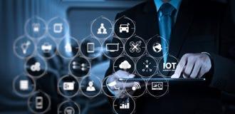 Рука бизнесмена работая с цифровой таблеткой на конференц-зале Стоковые Изображения