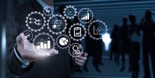 Рука бизнесмена работая с цифровой таблеткой на конференц-зале b Стоковая Фотография