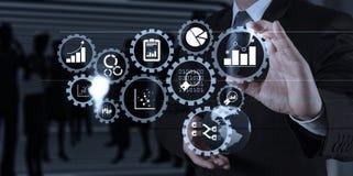Рука бизнесмена работая с цифровой таблеткой на конференц-зале b Стоковое Изображение RF