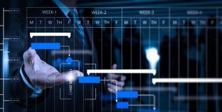 Рука бизнесмена работая с цифровой таблеткой на конференц-зале b Стоковое Изображение