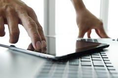 Рука бизнесмена работая с цифровыми таблеткой и компьтер-книжкой Стоковые Изображения RF