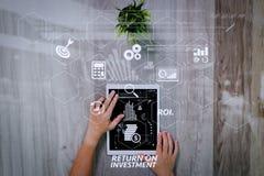 Рука бизнесмена работая с цифровым планшетом Цифров b Стоковое фото RF