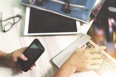 рука бизнесмена работая с цифровым планшетом и умная Стоковая Фотография