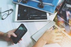 рука бизнесмена работая с цифровым планшетом и умная Стоковые Изображения