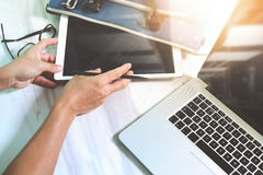 рука бизнесмена работая с цифровым планшетом и умная Стоковое фото RF
