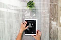 Рука бизнесмена работая с цифровым планшетом Цифров b Стоковое Фото