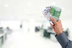 Рука бизнесмена с деньгами евро Стоковые Фотографии RF
