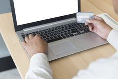 рука бизнесмена с портативным компьютером и кредитная карточка для paym Стоковые Фото