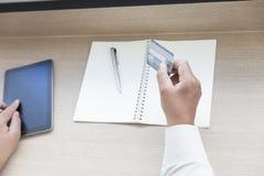Рука бизнесмена с таблеткой и кредитная карточка для ходя по магазинам onli Стоковая Фотография