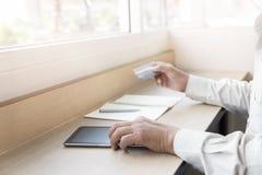Рука бизнесмена с таблеткой и кредитная карточка для ходя по магазинам onli Стоковые Фотографии RF