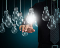 Рука бизнесмена указывая на электрическую лампочку Стоковое фото RF